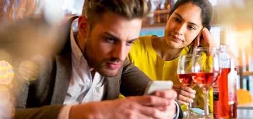 Uso e abuso dello smartphone: maleducazione o fuga dalla noia?