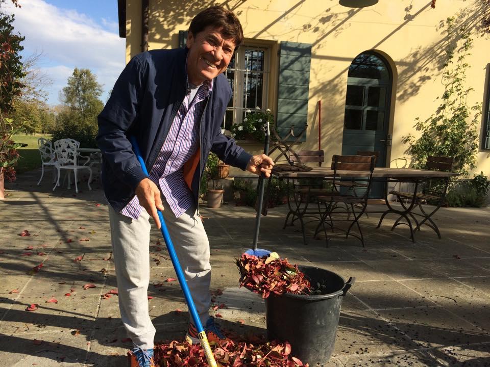 Gianni Morandi raccoglie le foglie secche